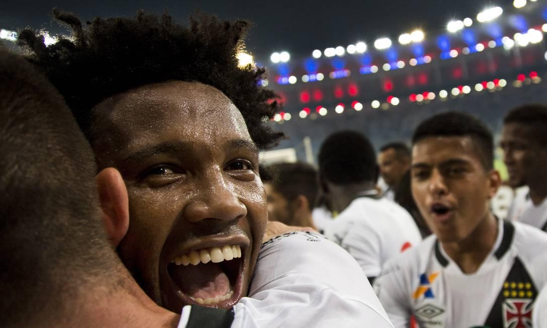 Rafael Vaz recebe um abraço: zagueiro fez o gol do título do Vasco Guito Moreto / Agência O Globo