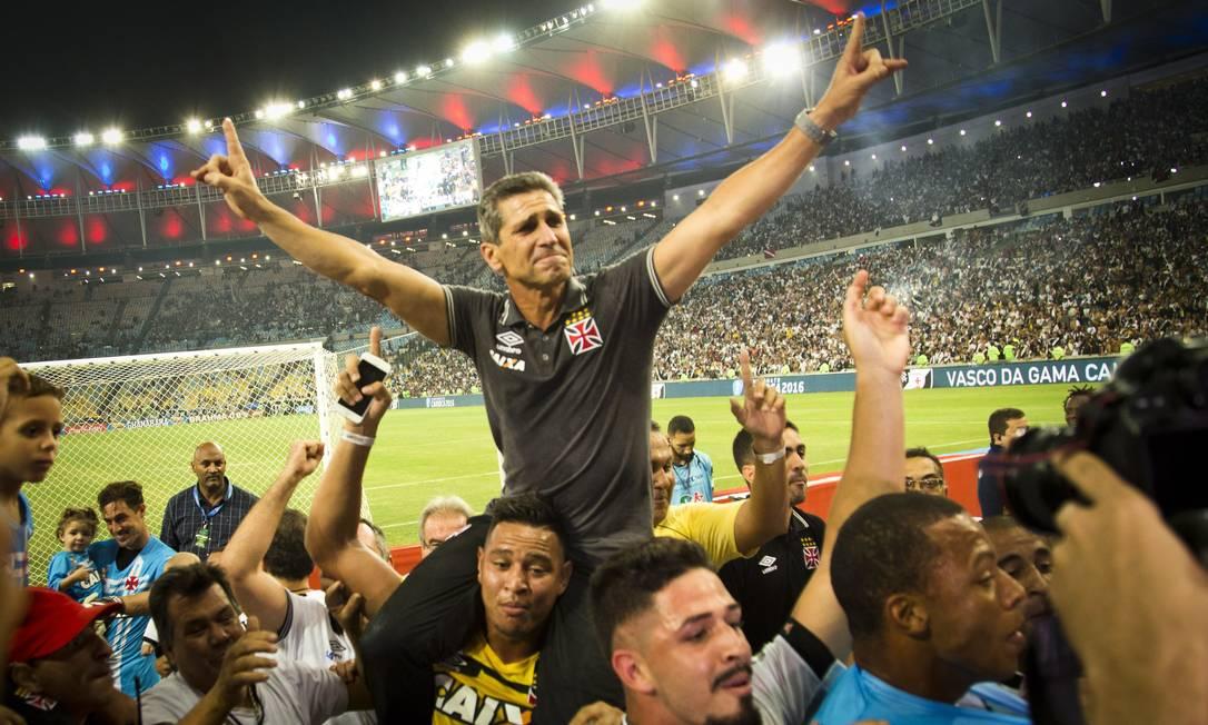 O técnico Jorginho comemora o bicampeonato do Vasco Guito Moreto / Agência O Globo