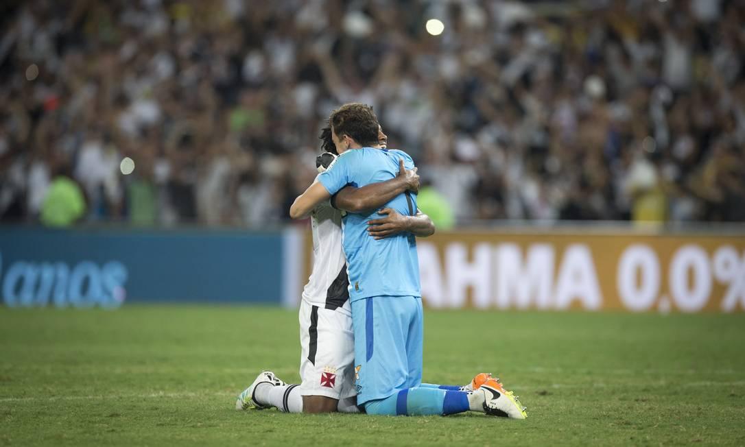 Rafael Vaz e Martín Silva comemoram abraçados no gramado Guito Moreto / Agência O Globo