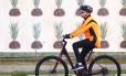 Passeio solitário. A presidente Dilma mantém a rotina dos passeios de bicicleta, dessa vez pelas ruas de Porto Alegre. O mural de abacaxis lembra o caminho espinhoso da presidente