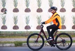 Passeio solitário. A presidente Dilma mantém a rotina dos passeios de bicicleta, dessa vez pelas ruas de Porto Alegre. O mural de abacaxis lembra o caminho espinhoso da presidente Foto: Carlos Macedo/Agência RBS