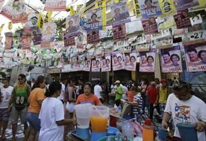 Filipinos vendem bebidas em frente a um centro de votação em Manila Foto: Aaron Favila / AP