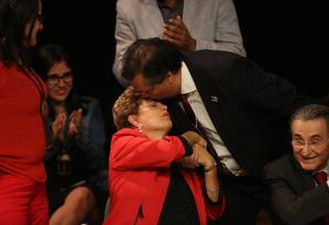Flávio Dino beija a presidenta após discurso em evento realizado no ano passado Foto: Fernando Donasci / 29-05-2015 / Agência O Globo