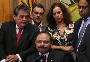 Ao lado de deputados governistas, Waldir Maranhão defende sua posição de anular processo de impeachment Foto: Michel Filho / Agência O Globo