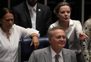 Senadores do PT grita ao lado de Renan Calheiros após presidente do Senado de manter cronograma do processo do impeachment de Dilma Foto: Jorge William / Agência O Globo