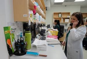 A gerente da farmácia Locatel, Tania Faife, conversa com uma cliente em Miami. A Locatel é uma das farmácias que aceitam receitas de médicos na Venezuela Foto: DIEGO URDANETA / AFP