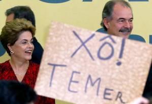 Clima de assembleia. A presidente Dilma fala para grupo de estudantes, que protestaram contra o impeachment em evento no Palácio Foto: Ailton de Freitas / Agência O Globo