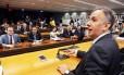 O líder do PP na Câmara, Aguialdo Ribeiro, durante reunião para decidir a expulsão do presidente interino Waldir Maranhão do partido