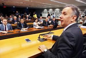 O líder do PP na Câmara, Aguialdo Ribeiro, durante reunião para decidir a expulsão do presidente interino Waldir Maranhão do partido Foto: Jorge William / O Globo