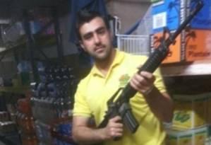 Hakim Nasir posa com uma arma: foto sem data foi dulgada pela polícia italiana Foto: Polícia italiana