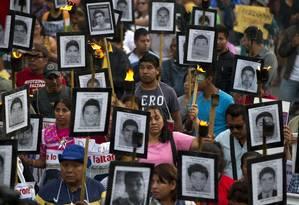 Parentes e amigos de 43 estudantes desaparecidos fazem protesto por justiça no México Foto: Rebecca Blackwell / AP