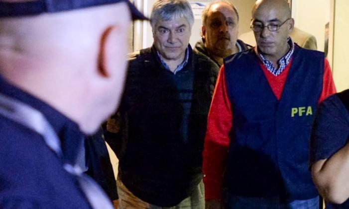 Baéz, de preto, é escoltado após ser preso, no último dia 5 de abril Foto: PABLO ELIAS / AFP