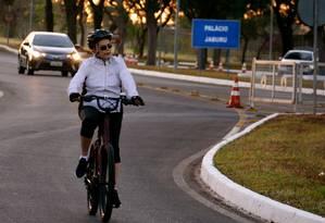 Dilma sobre a bicicleta, em hábito que se tornou dos símbolos de seu governo Foto: Reprodução