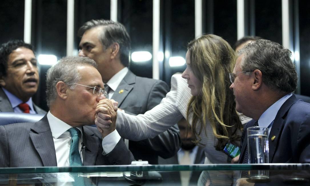 O presidente do Senado, Renan Calheiros (PMDB-AL), cumprimenta a senadora Vanessa Grazziotin (PC do B-AM) Foto: Geraldo Magela / Agência Senado