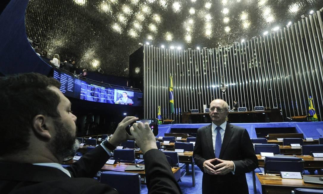 O senador Paulo Bauer (PSDB-SC) grava vídeo na bancada do Senado Foto: Geraldo Magela / Geraldo Magela/Agência Senado