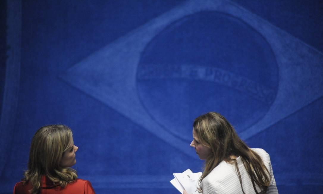 As senadoras Gleisi Hoffmann (PT-PR) e Vanessa Grazziotin (PC do B-AM) conversam durante sessão no Senado Pedro França / Agência Senado