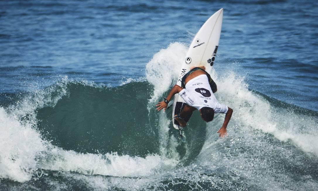 O baiano Marco Fernandez, que entrou na etapa do Rio através de uma triagem, superou o atual líder do ranking Matt Wilkinson (AUS) na primeira rodada Guito Moreto / Agência O Globo