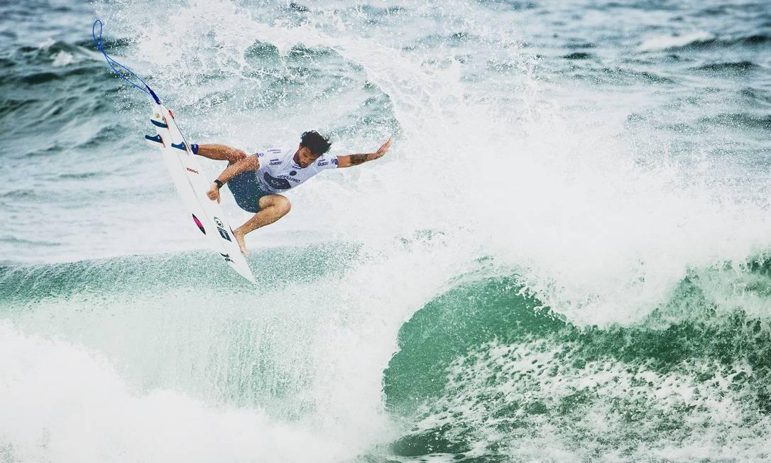 Alejo Muniz arrisca um aéreo em sua bateria, na terça, e avança de fase: cinco brasileiros já estão na terceira rodada, sem precisar de repescagem Guito Moreto / Agência O Globo
