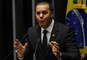 O senador Ataídes Oliveira (PSDB-TO) discursa a favor do impeachment da presidente Dilma Roussef Foto: Jorge William / O Globo