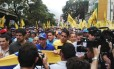 Opositor Henrique Capriles lidera marcha em Caracas