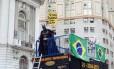 Vestido de Batman, manifestante a favor do impeachment participa de ato no Rio