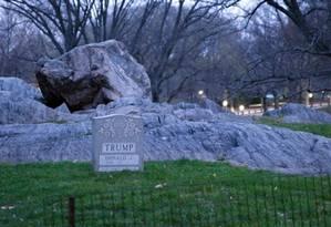 Protesto. Obra com o nome de Donald Trump foi deixada no Central Park Foto: Divulgação / Divulgação