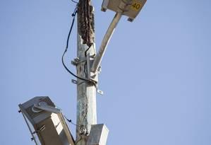 Condenado. Luminária de poste já foi trocada, por causa da corrosão Foto: Hermes de Paula / Agência O Globo