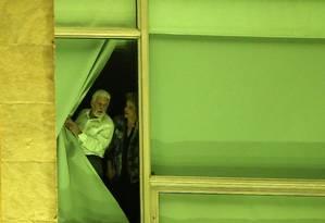 Dilma Rousseff e Jaques Wagner em uma janela do Palácio do Planalto Foto: ADRIANO MACHADO / REUTERS / 11-5-2016