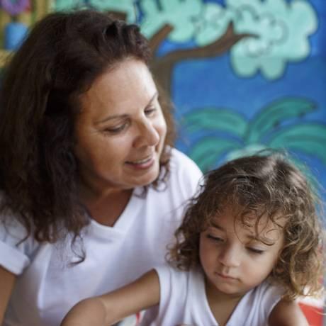 A fundadoraValéria Cruz com a aluna da creche Cantinho Feliz, Isadora Lopes Foto: Fernando Lemos / Agência O Globo
