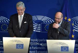 Volkan Bozkir (esq.) e Martin Schulz, presidente do Parlamento Europeu, dão coletiva em Estrasburgo Foto: PATRICK HERTZOG / AFP
