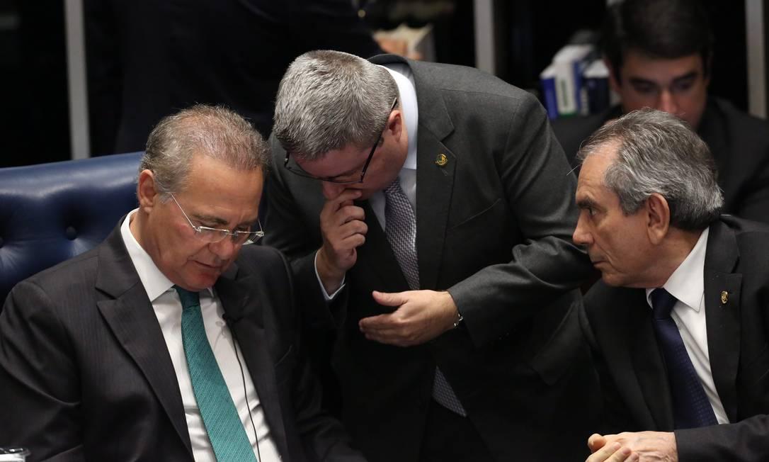 O senador Antônio Anastasia (relator) conversa com o presidente do Senado, Renan Calheiros e o presidente da comissão do impeachment, Raimundo Lira Jorge William / Agência O Globo