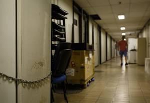 Desolação e abandono. Uma geladeira com material de pesquisa é acorrentada para evitar furtos num dos corredores do subsolo do Centro de Ciências da Saúde (CCS) da UFRJ Foto: Fernando Lemos