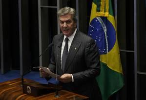 O senador Fernando Collor (PTC-AL) encaminha o voto no plenário do Senado para a sessão de admissibilidade do processo de impeachment da presidente Dilma Foto: Daniel Marenco / Agência O Globo