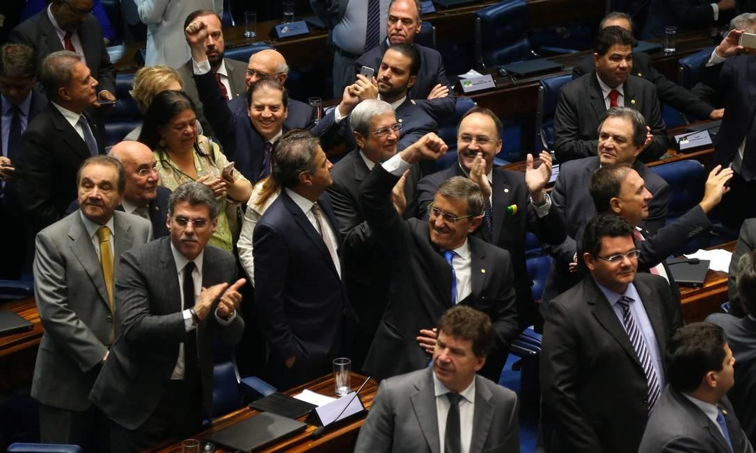 Senadores comemoram a decisão que afasta a presidente Dilma por 55 votos a 22 Foto: Ailton de Freitas / Agência O Globo