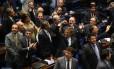 Senadores comemoram a decisão que afasta a presidente Dilma por 55 votos a 22