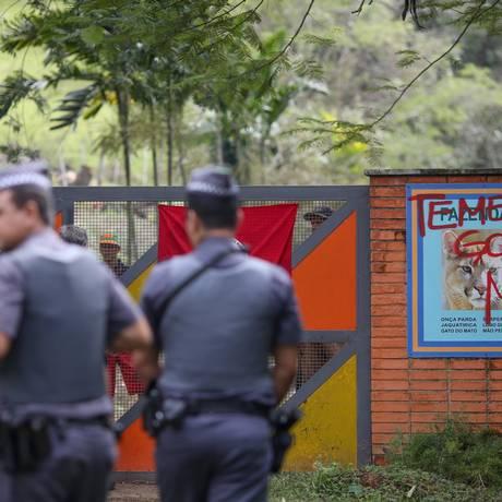 Polícia na porta da fazenda do amigo de Michel Temer, que permanece ocupada nesta quinta-feira Foto: Pedro Kirilos / Agência O Globo