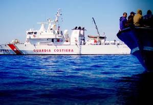 Guarda costeira italiana salva refugiados na costa da Sicília Foto: Guardia Costiera Italiana / Reprodução