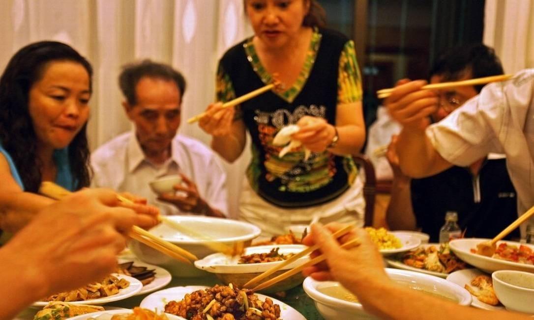 Banquete. Na China, é falta de educação raspar o prato Foto: / Chang W. Lee/The New York Times