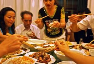 Banquete. Na China, é falta de educação raspar o prato Foto: Chang W. Lee/The New York Times