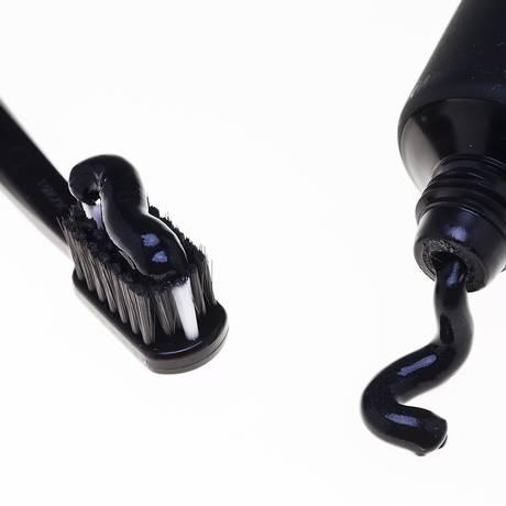 Escova com o creme e o tubo: uso deve ser indicado pelo dentista Foto: Guito Moreto / Agência O Globo