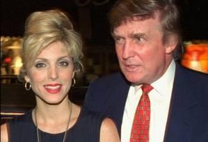Repaginação. Donald Trump em 1994 com sua então mulher, Maria Maples. O casamento dos dois foi conturbado e, nessa época, a vida pessoal de Trump era presença frequente nas revistas de celebridades Foto: John Bazemore / AP/1994
