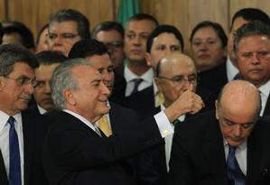 O presidente em exercício Michel Temer ao lado de ministro Foto: Givaldo Barbosa / Agência O Globo