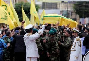Membros do Hezbollah carregam caixão de Mustafa Badreddine Foto: JAMAL SAIDI / REUTERS