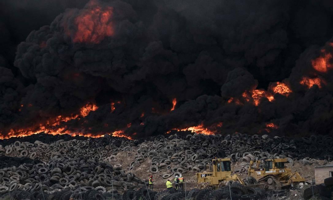 Um incêndio incontrolável atinge um depósito de pneus na cidade de Seseña, na Espanha PEDRO ARMESTRE / AFP