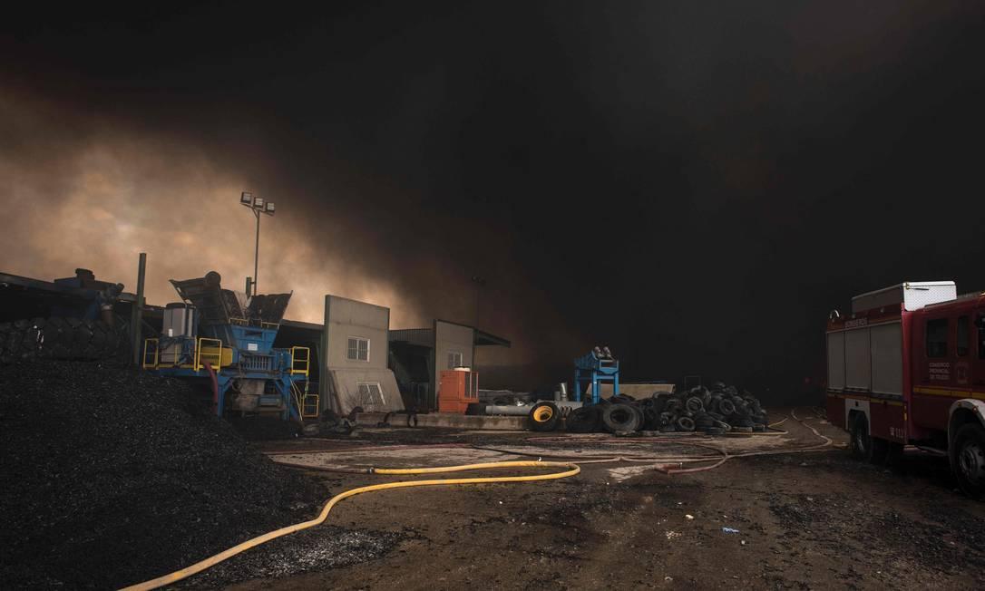 São milhões de pneus usados pegando fogo, formando uma nuvem negra sobre a cidade de Seseña, perto de Madri PEDRO ARMESTRE / AFP