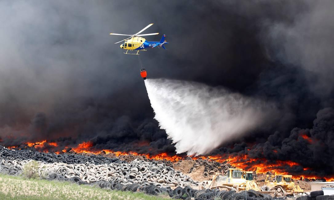 Equipes de bombeiros usam helicópteros para tentar controlar o incêndio iniciado nesta sexta-feira SERGIO PEREZ / REUTERS