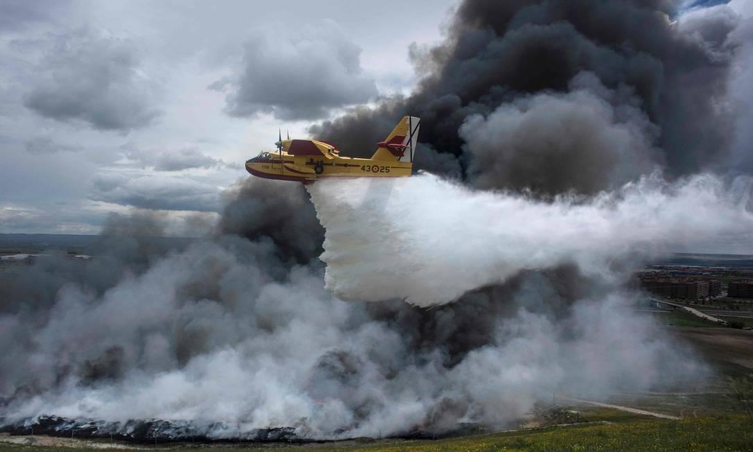 Mesmo com o uso de aviões, os bombeiros não conseguiram apagar as chamas PEDRO ARMESTRE / AFP
