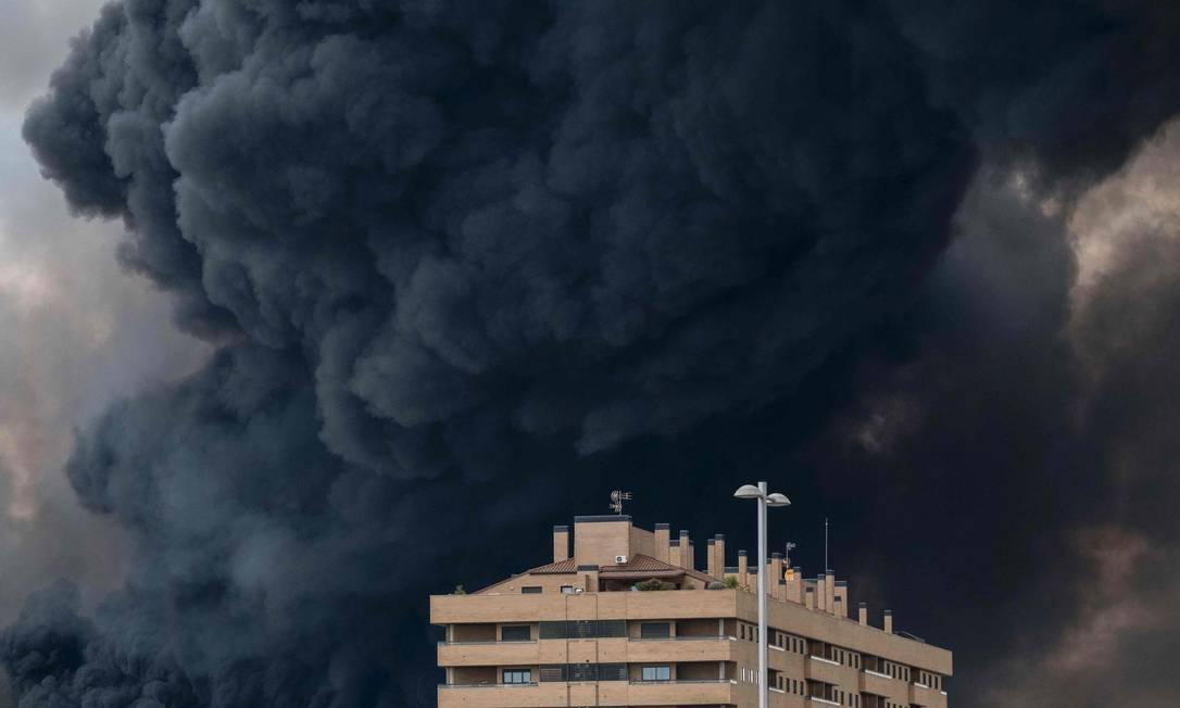 Equipes de resgate temem que a fumaça tóxica prejudique a saúde de moradores próximos PEDRO ARMESTRE / AFP