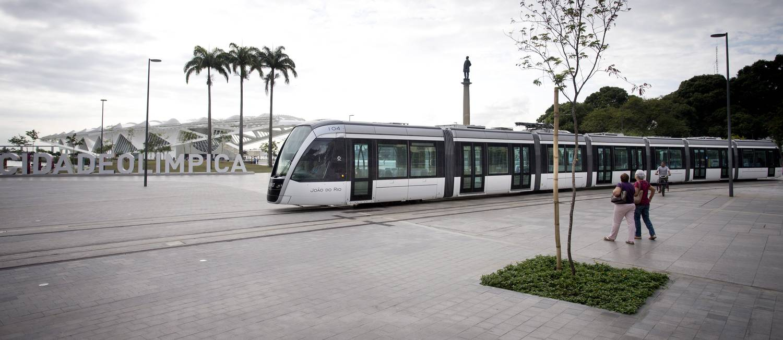 VLT em fase de testes passa pela Praça Mauá Foto: Márcia Foletto / Agência O Globo