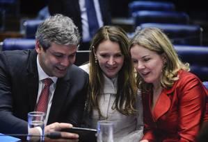 Os senadores Lindbergh Farias, Vanessa Grazziotin e Gleisi Hoffmann no plenário do Senado Foto: Marcos Oliveira / Agência O Globo / 11-5-2016